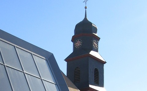 Ev. Gemeindehaus Dolgesheim Fassade und Kirchturm