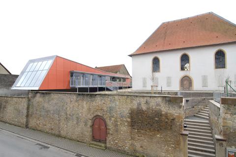 Ev. Gemeindehaus Dolgesheim Stützwand zur Gaustraße